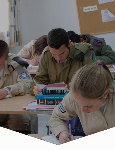 חיילים לומדים בקורס נתיב